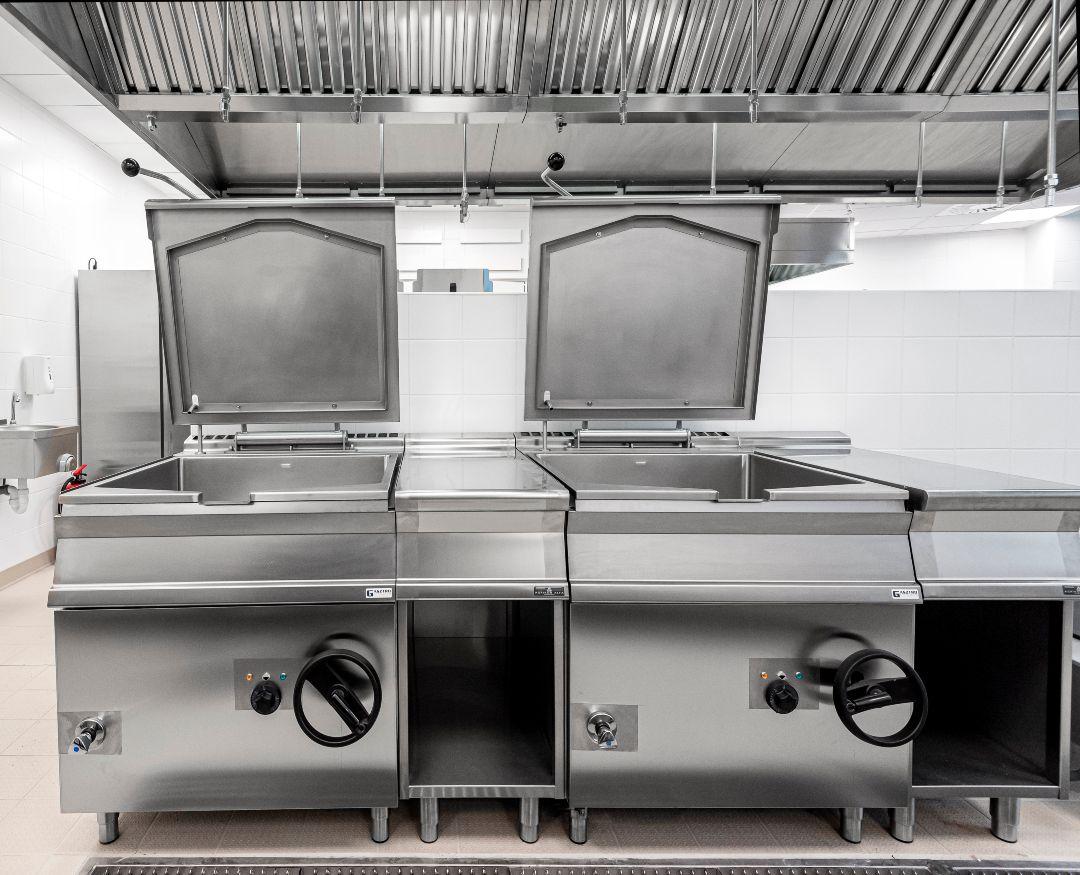 Gasztrometál billenőserpenyők az Evosoft irodaház konyhájában