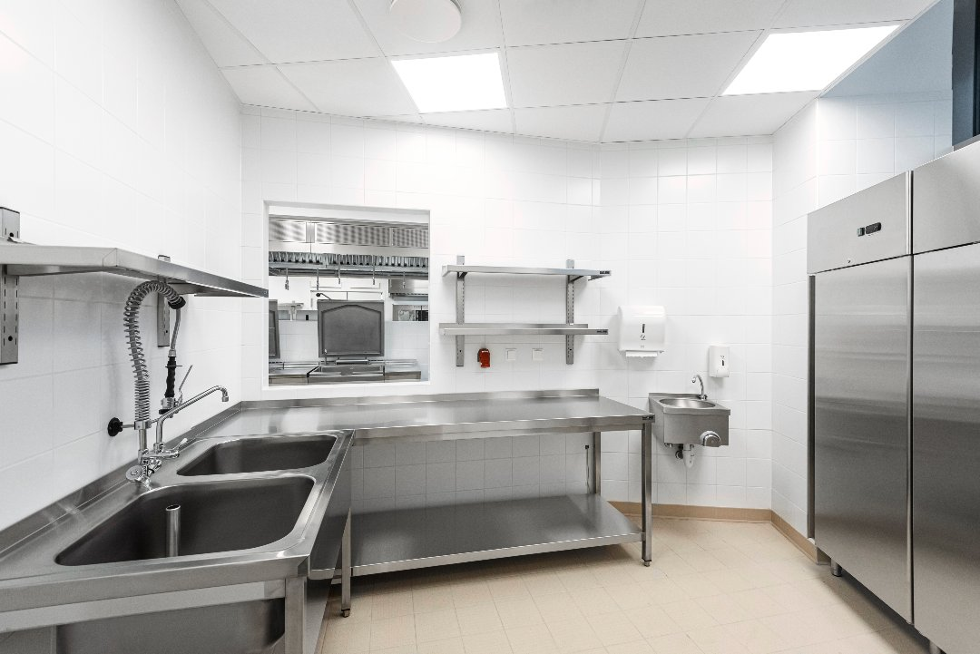 Fali polcok a budapesti Evosoft irodaház konyháján