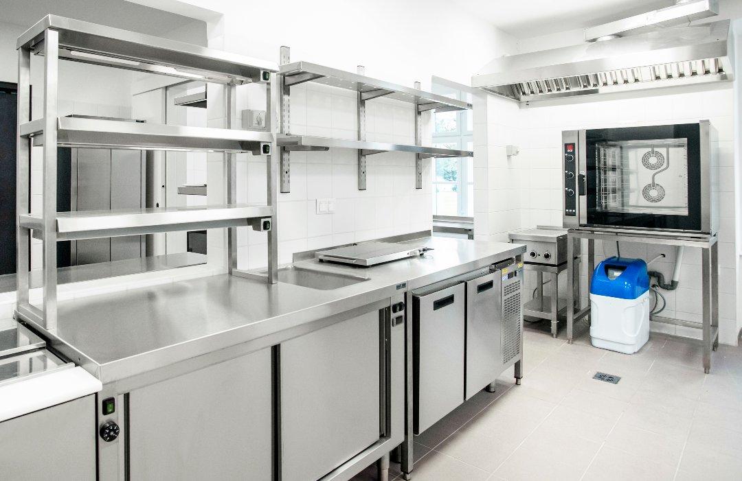 Fali polcok a Gyulai Kastélyszálló konyhájában